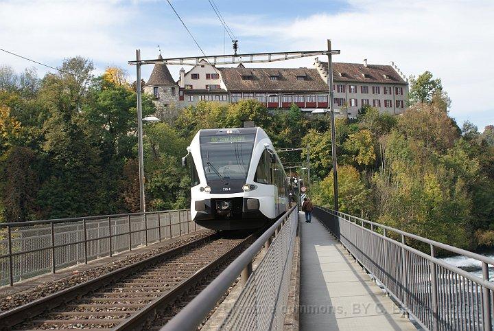 GTW Thurbo sur la ligne S33 Winterthur – Schaffhausen sur le pont sur le Rhin avec le château de Laufen en arrière-plan